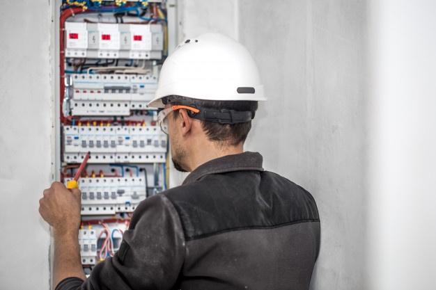 elektriker udfører el eftersyn